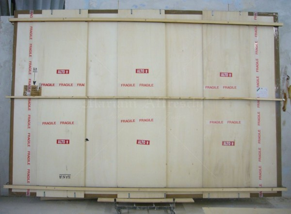 Un dipinto di grande formato all'interno di un imballaggio speciale, prima di essere spedito al cliente
