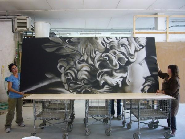 Una fase di lavorazione di un pannello artistico di grandi dimensioni, destinato alla hall di un hotel