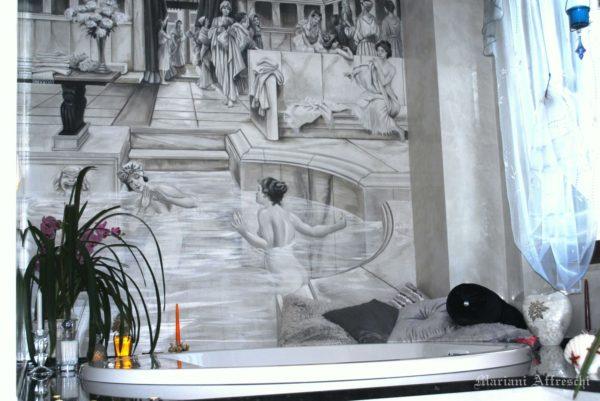 In un affresco firmato Mariani, una scena di donne alle terme nell'antica Roma decora la parete di un bagno privato