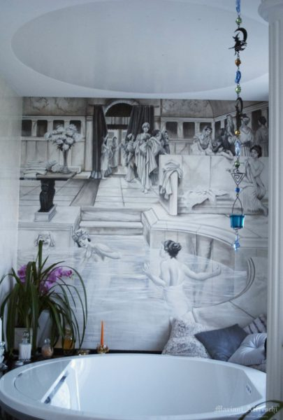 Фреска заполняет всю стену над ванной и отлично сочетается с цветами ванной комнаты