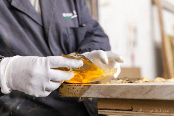 L'accurata lavorazione a Foglia d'Oro praticata da un esperto artista nel nostro laboratorio