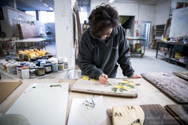 Le artiste di Mariani Affreschi rendono uniche le tavole, dipingendole con amore e maestria