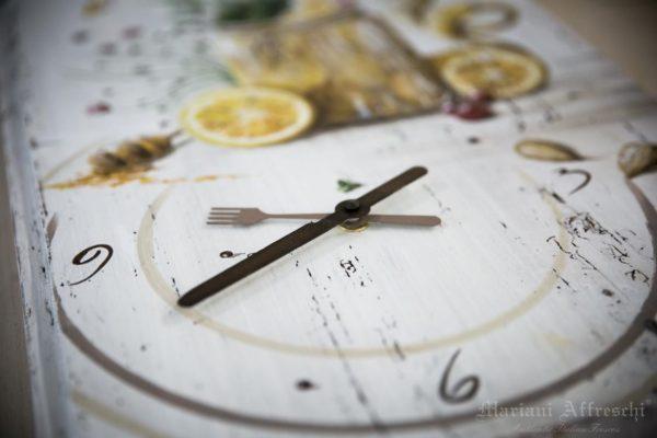 In ogni Orologio di Mariani Affreschi le lancette sono parte integrante di un'opera d'arte dipinta a mano. Oggetti unici per scandire il tempo dentro la nostra casa