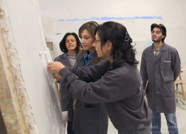 Application of the plaster is guided by the teacher, who demonstrates how to create a good base for the fresco painting (Mariani Affreschi Academy)