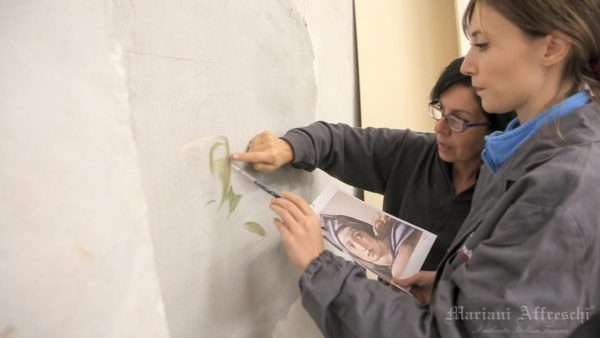 Coaching is fundamental in the initial stages of teaching the fresco painting technique (Mariani Affreschi Academy)