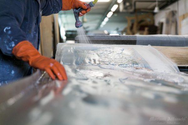 Fase di lavaggio dell'affresco, per staccare la prima tela