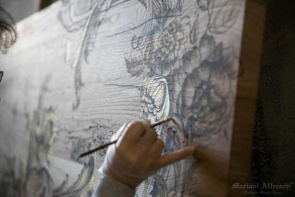Ogni Tavolo d'Arte è dipinto a mano dagli artisti di Mariani Affreschi