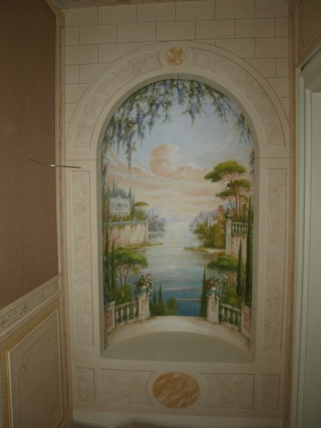 Frescoed niche with trompe l'oeil