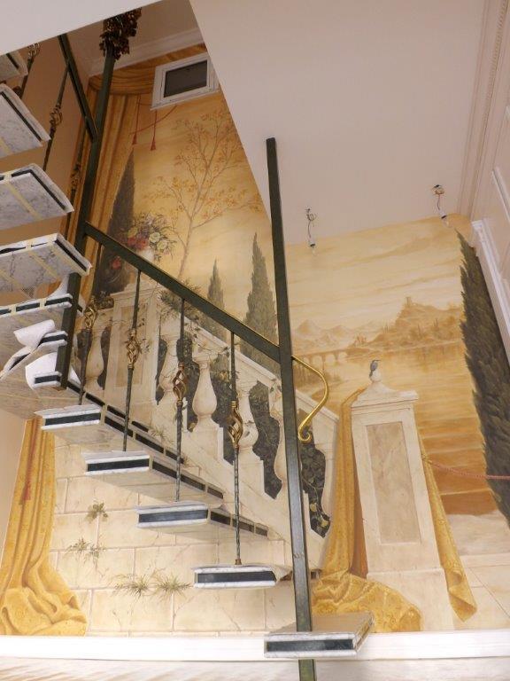 Vista completa della decorazione scenografica della scalinata